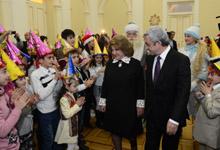 Ամանորի և Սուրբ Ծննդյան տոների առթիվ, Նախագահ Սերժ Սարգսյանը և տիկին Ռիտա Սարգսյանը հյուրընկալել են մայրաքաղաքի և մարզերի բազմաթիվ երեխաների
