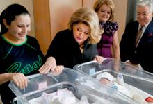 """Рита Саргсян посетила близнецов, которые родились при содействии фонда """"Арагил"""""""