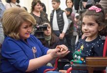 Президент Серж Саргсян и госпожа Рита Саргсян в связи с наступающими праздниками в резиденции Президента приняли многочисленных детей
