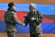 Президент вручил высокие государственные награды отличившимся на боевом дежурстве военнослужащим
