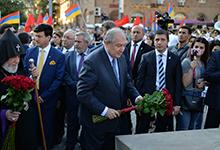 Президент присутствовал на церемонии открытия памятника Араму Манукяну