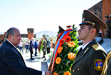 Հայաստանի եւ Արցախի նախագահները Ստեփանակերտի հուշահամալիրում հարգանքի տուրք են մատուցել հերոսների հիշատակին