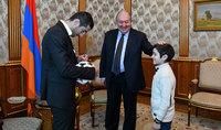 Մարդկանց երազանքները կարող են մեկ օրում կատարվել. նախագահ Արմեն Սարգսյանը հյուրընկալել է Հայաստանի ֆուտբոլի հավաքականի ավագ Հենրիխ Մխիթարյանին և նրա գյումրեցի փոքրիկ երկրպագուին
