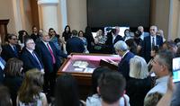 Ձեռագրեր, որոնց տունը ոչ միայն Մատենադարանն է, այլև Մեդիչիների գրադարանը․նախագահ Արմեն Սարգսյանի մասնակցությամբ Մատենադարանում բացվել է «Երեք հայերեն ձեռագիր Տոսկանայից» խորագրով ցուցահանդեսը