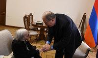 Տպավորված եմ Ձեր ապրած կյանքի պատմությունից. նախագահ Սարգսյանը շնորհավորել է Մատենադարանի գիտաշխատող Մարգարիտա Դարբինյանի 100-ամյա հոբելյանը