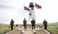 Развевающиеся на границе государственные флаги Армении и России - символ наших дружественных отношений