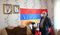 Խոնարհվում եմ նրա անմար հիշատակի առաջ. նախագահ Արմեն Սարգսյանն այցելել է օրեր առաջ Ադրբեջանի սանձազերծած ռազմական գործողությունների հետևանքով զոհված Սոս Էլբակյանի ընտանիքին