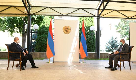 Надеюсь, что Армения, используя свои особенности и преимущества, сможет преодолеть трудности. Состоялась рабочая встреча Президента Армена Саркисяна и Премьер-министра Никола Пашиняна