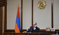 Le président Armen Sarkissian a félicité le rédacteur en chef de la rédaction d'Azg à l'occasion du 30e anniversaire du journal