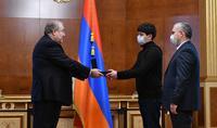 Նվիրումը հայրենիքին, հերոսական քայլը, ամենօրյա կարգապահ աշխատանքը պետք է գնահատվեն. նախագահ Արմեն Սարգսյանը պետական բարձր պարգևներ է հանձնել