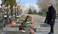 Հանրապետության նախագահ Արմեն Սարգսյանը «Եռաբլուր» պանթեոնում հարգանքի տուրք է մատուցել 2016թ. ապրիլյան ռազմական գործողությունների ժամանակ զոհված հերոսների հիշատակին