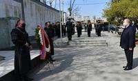 Le Président Armen Sarkissian a visité la Place des Héros à Tbilissi