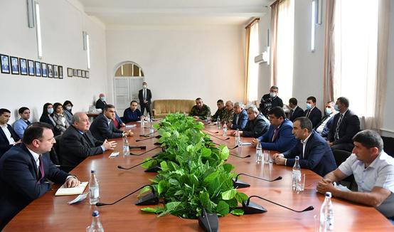 Здесь есть одна волнующая всех и очень важная проблема - проблема безопасности - в мэрии Капана Президента Армен Саркисян встретился с руководителями ряда населенных пунктов Сюника