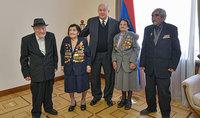 Ազատությունն ու հաղթանակը ձեռք են բերվում կամքի ու ջանքի շնորհիվ. նախագահ Արմեն Սարգսյանը հյուրընկալել է Հայրենական մեծ պատերազմի մի խումբ վետերանների