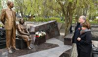 Президент Армен Саркисян в Москве воздал дань уважения памяти легендарных разведчиков Геворка и Гоар Вартанянов