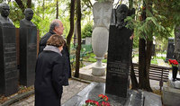 President Armen Sarkissian paid tribute to the memory of the Heroes of the Soviet Union Hovhannes Isakov and Hamazasp Babajanyan, in Moscow