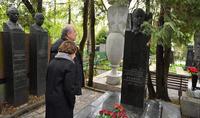 Le Président Armen Sarkissian a rendu hommage à la mémoire des Héros de l'Union soviétique Hovhannes Isakov et Hamazasp Babajanyan, à Moscou.