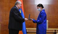 Le Président Armen Sarkissian a remis un prix d'Etat a la célèbre chanteuse d'opéra Hasmik Grigoryan