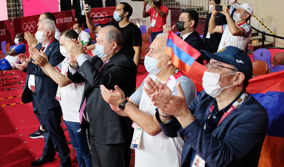 President Sarkissian followed the fight of boxer Hovhannes Bachkov and wished him success