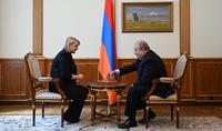Партия завершилась вничью - Президент Армен Саркисян вручил высокую государственную награду гроссмейстеру Элине Даниелян и сыграл с нею в шахматы
