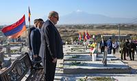 Le président Armen Sarkissian a rendu hommage à la mémoire des héros morts pour l'indépendance et la défense de la Patrie au Panthéon de Yerablur