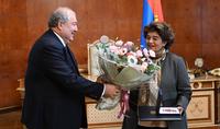 Президент Армен Саркисян вручил высокую государственную награду Президенту фонда «Грайр и Анна Овнанян» Эдель Овнанян