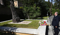 Grigor Narekatsi - un symbole éternel de la solidarité entre les deux communautés chrétiennes. Le Président Armen Sarkissian a visité la statue en bronze de Saint Grégoire Narekatsi dans les jardins du Vatican
