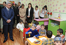 Серж Саргсян посетил детский сад-интернат № 141 общины Шенгавит и пищевой комбинат «Арарат»