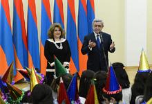 По случаю праздников Нового года и Рождества Президент Серж Саргсян и госпожа Рита Саргсян приняли в гости многочисленных детей столицы и областей
