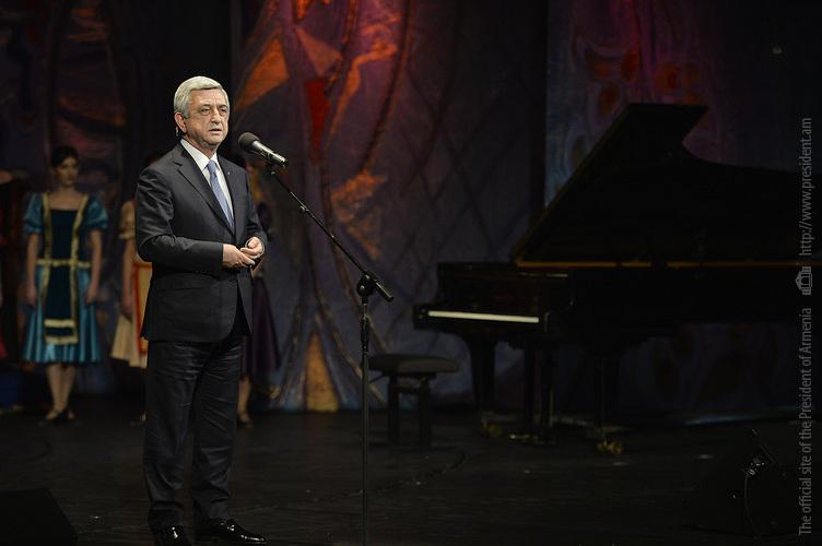 Серж Саргсян поздравил Театр им. Акопа Пароняна с 75-летием