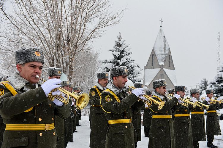 ՀՀ զինված ուժերի կազմավորման 25-ամյակի առթիվ Սերժ Սարգսյանն այցելել է «Եռաբլուր» զինվորական պանթեոն