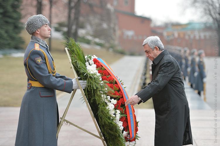Серж Саргсян возложил венок к памятнику Неизвестному солдату в Москве