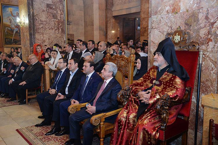 Серж Саргсян присутствовал на Святой литургии Пасхального Сочельника в Ереване
