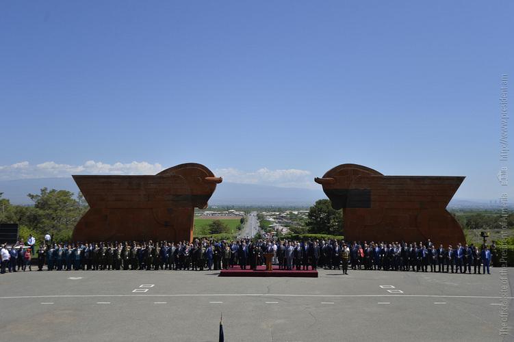 Серж Саргсян в мемориальном комплексе Сардарапатской битвы принял участие в праздновании Дня Республики