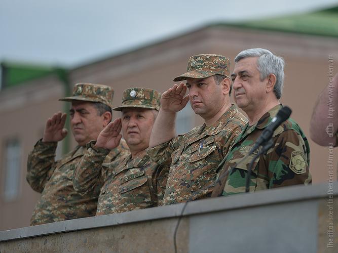 Серж Саргсян посетил одну из боевых позиций на северо-восточном направлении