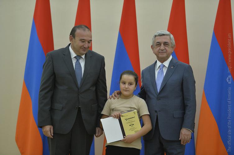 Серж Саргсян наградил лучших учеников и выпускников школ