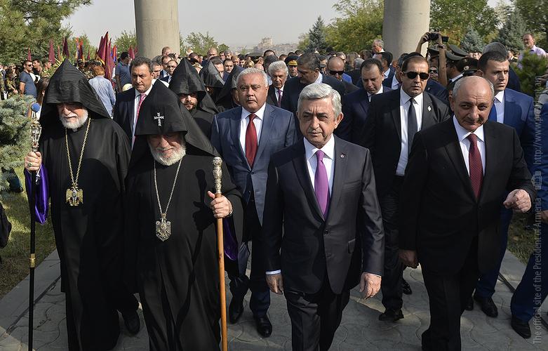 По случаю 26-й годовщины независимости Армении президент Серж Саргсян посетил пантеон «Ераблур»