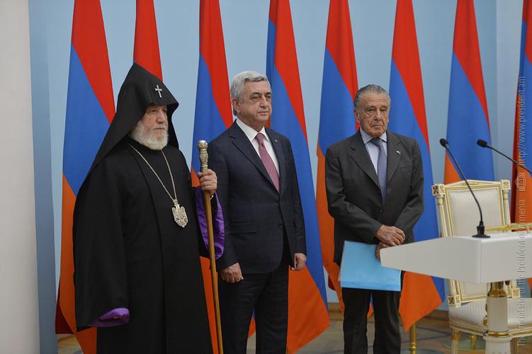 Серж Саргсян вручил высшую награду Эдуардо Эрнекяну