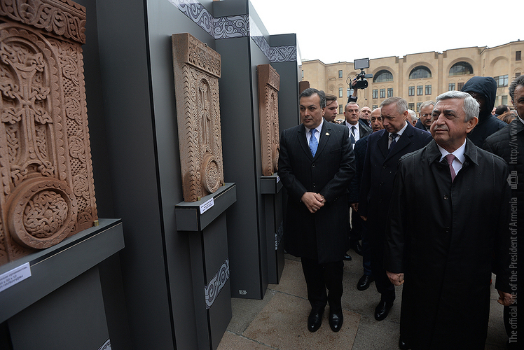 «Библейская страна Армения»: визит президента С. Саргсяна в Россию стартовал с выставки хачкаров
