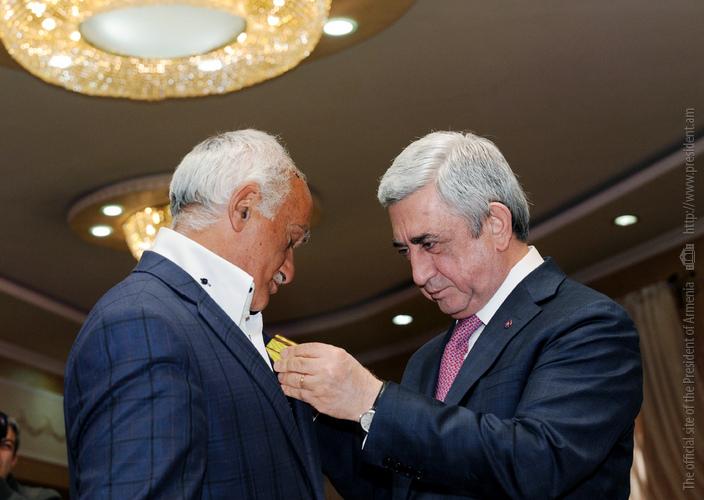 Серж Саргсян поощрил государственными наградами группу азатамартиков