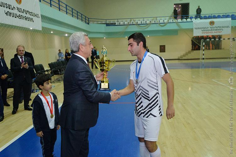 Серж Саргсян вручил специальные призы победителям первенства по мини-футболу на кубок РПА