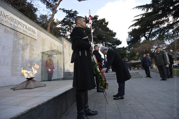 Президент Армении Серж Саргсян возлагает венок к мемориалу на Площади Героев. 2017 г