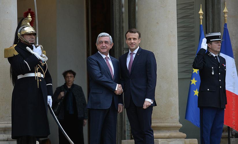 В Елисейском дворце состоялась церемония встречи прибывшего с рабочим визитом во Францию президента Армении Сержа Саргсяна