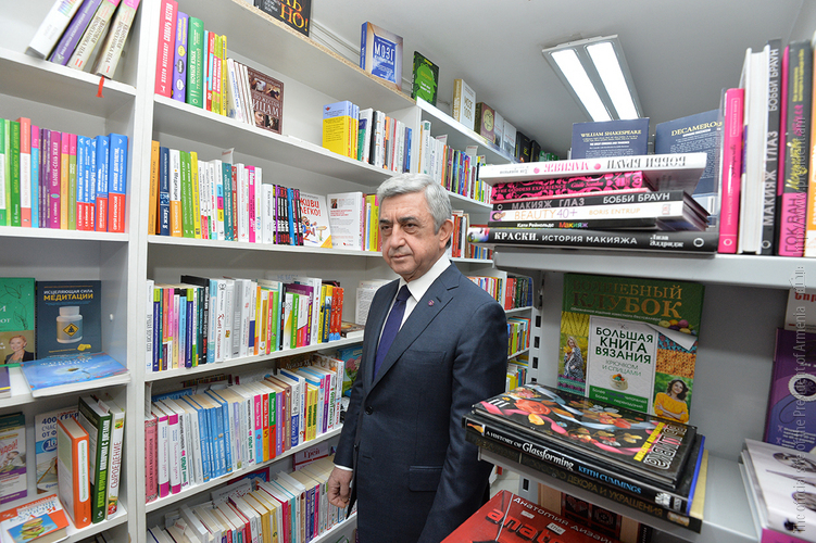 Серж Саргсян получил в подарок ряд изданий по случаю Дня дарения книг