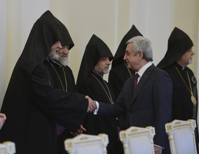 Серж Саргсян обсудил с членами Верховного духовного совета ААЦ общенациональные и церковные вопросы