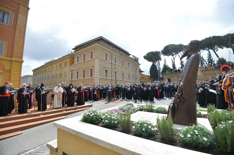Микаэл Минасян: Памятник Нарекаци - частичка Армении в Ватикане