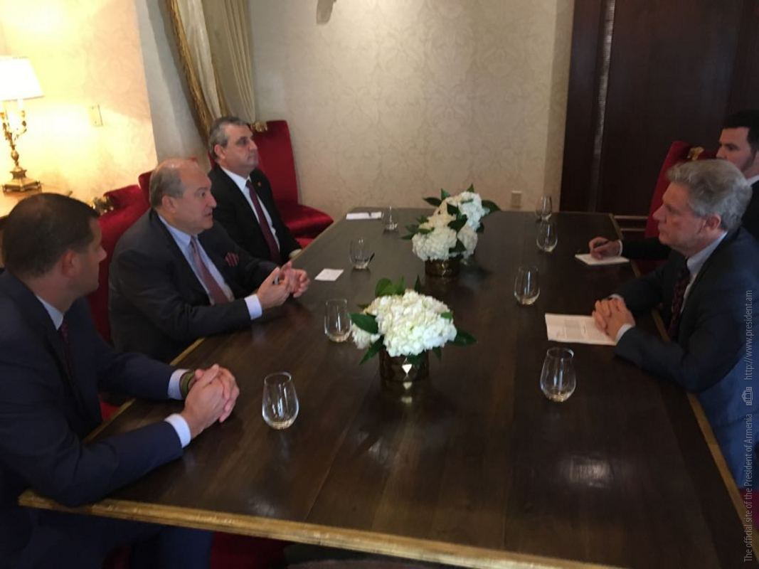 Президент Армении провел рабочий завтрак с представителями комиссии Конгресса по армянским вопросам