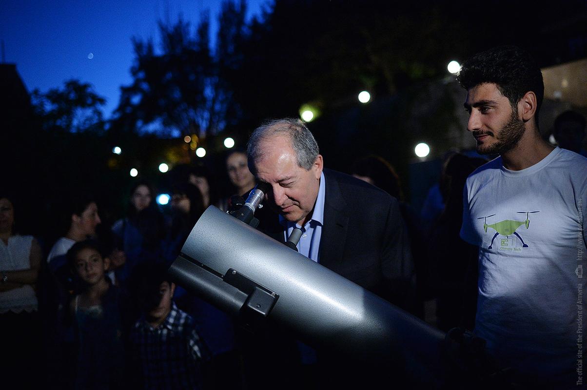 Президент Армении понаблюдал за звездами с группой детей