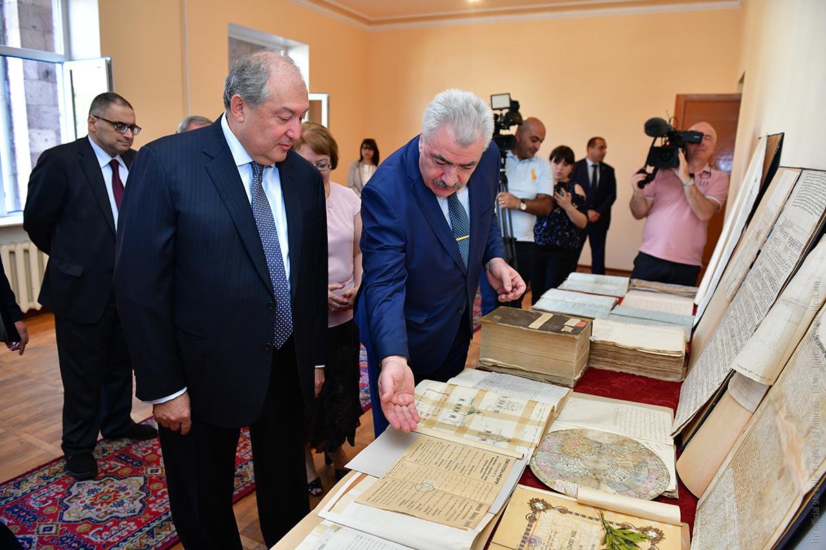 Президент Армен Саркисян передал Национальному архиву Армении редкие фотографии