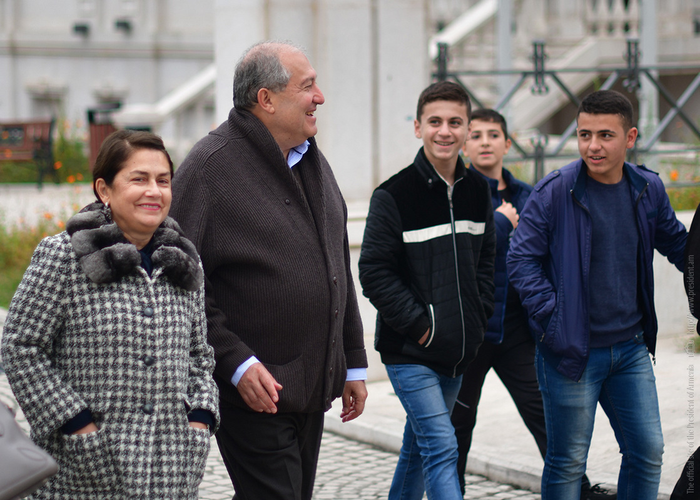 Президент Армении Армен Саркисян посетил ярмарку «Праздник урожая» в Арцахе
